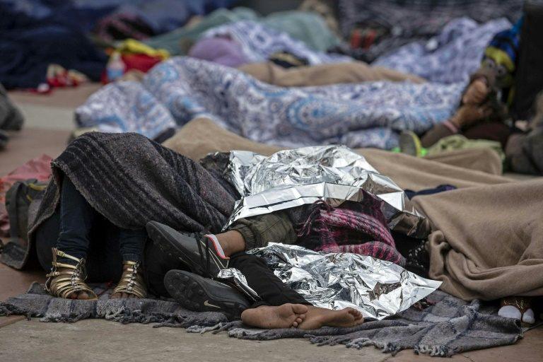 Last migrants from caravan camp cross US-Mexico border