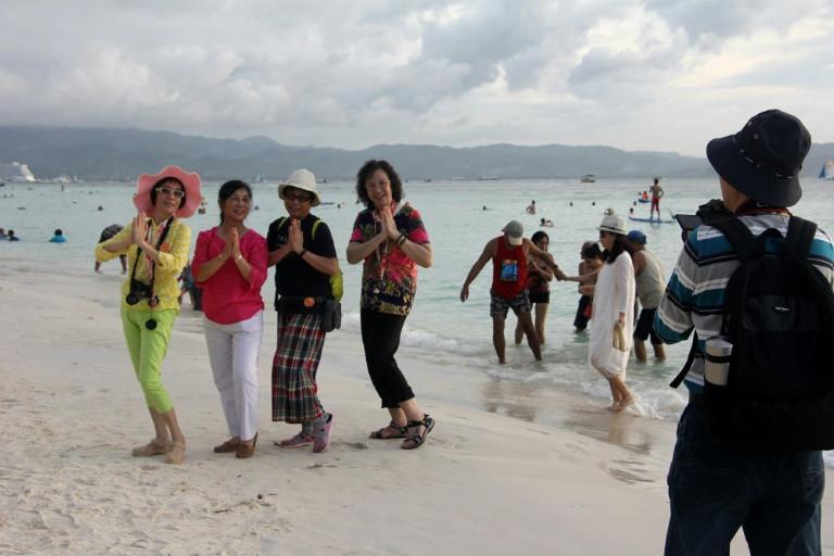 Philippine tourist island in chaos as shutdown looms
