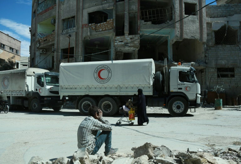 First fighters evacuated from Syria's Ghouta as food goes in
