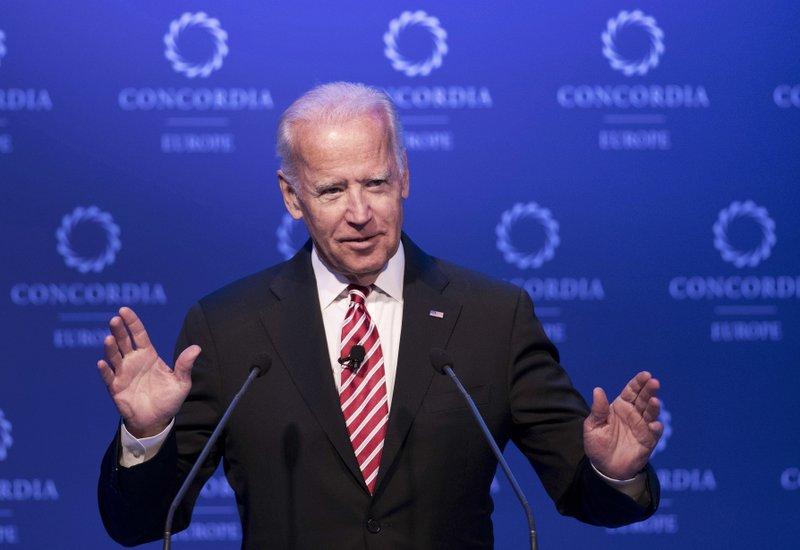 Biden, in public and private, tiptoes toward a 2020 run
