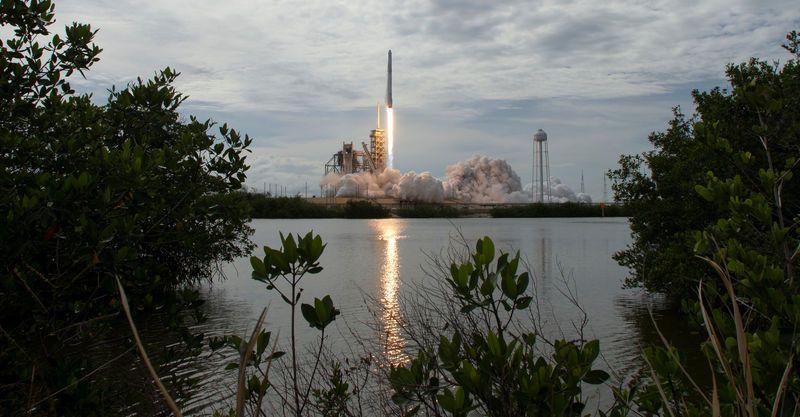"""SpaceX gets U.S. regulator to back satellite internet plan""的图片搜索结果"