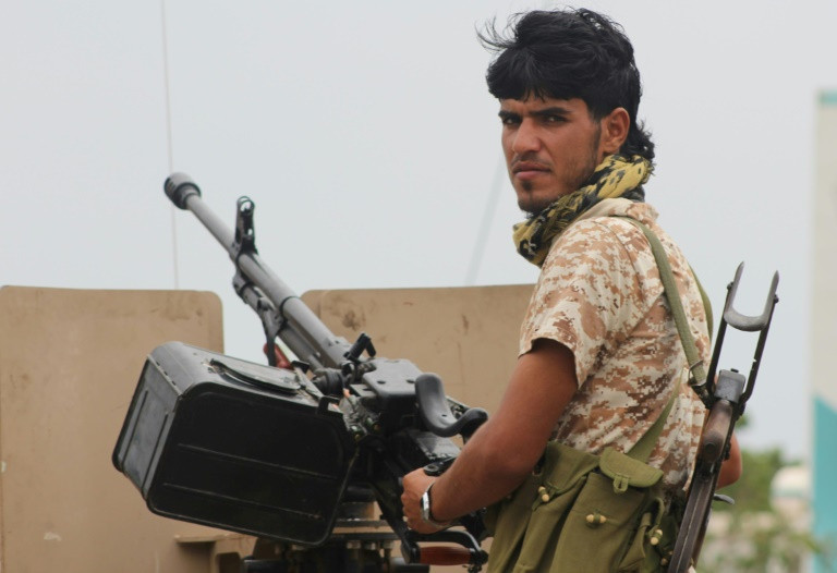 Tank battle rocks Yemen's 'coup-hit' Aden