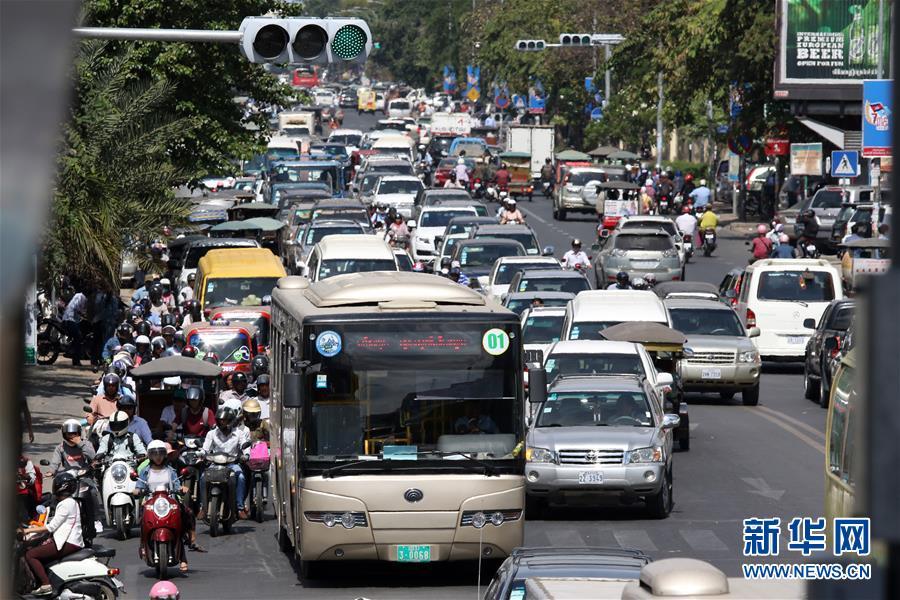 """1月5日,在柬埔寨金边,一辆中国援助的""""宇通""""公交车行驶在大街上。新华社索万纳拉摄.jpg"""