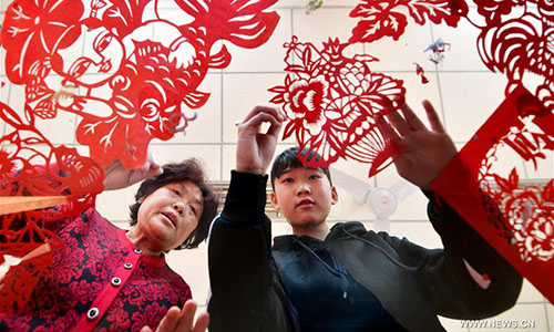 Students make paper cutting works in Hebei
