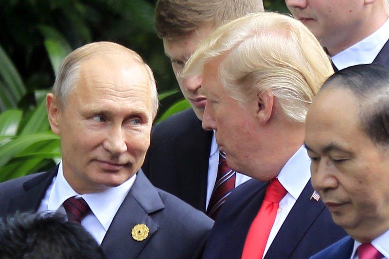 Trump calls Putin sincere, ex-US intelligence heads 'hacks'