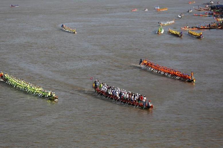 Rivers turn as dragon boats mark end of Cambodia's monsoon season