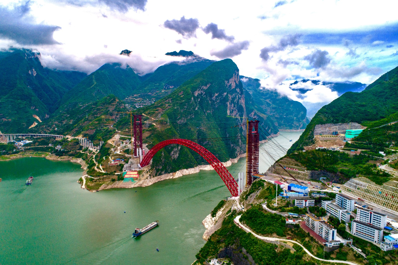 Hubei's Xiangxi bridge connects arch, expected to be operational by end of 2019