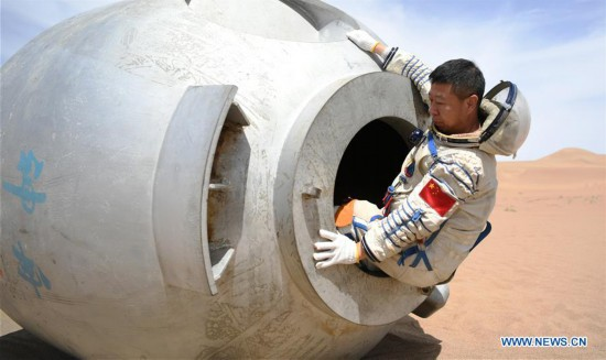 Chinese astronauts complete desert survival training