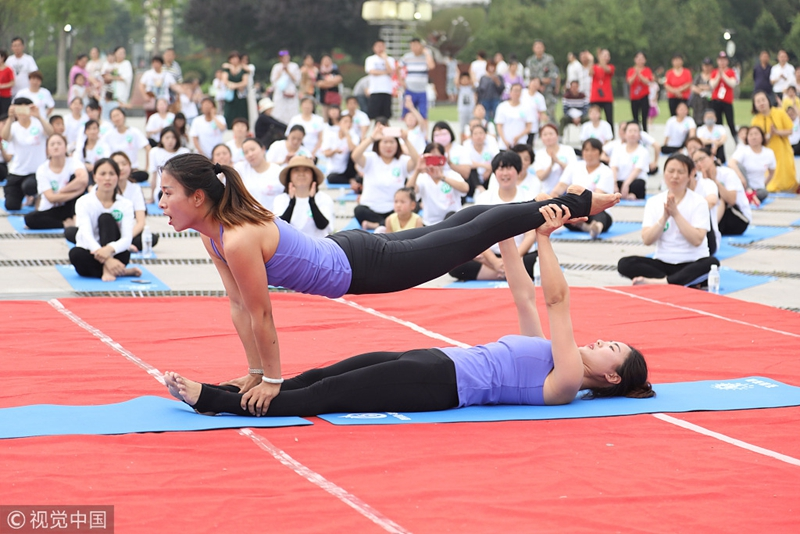 1,000 people practice yoga in Chinese park