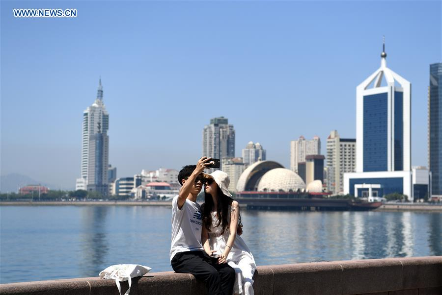 Couples pose for photos in host city of 18th SCO Qingdao Summit