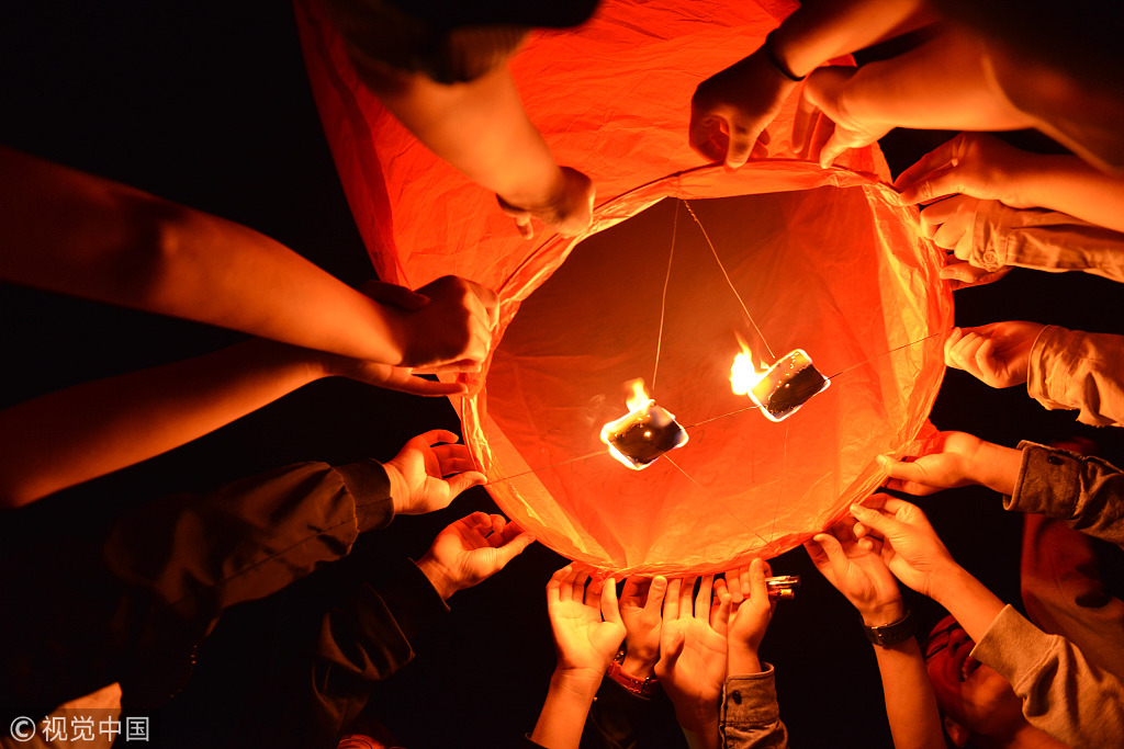 Chinese students fly Kongming lanterns ahead of college entrance exam
