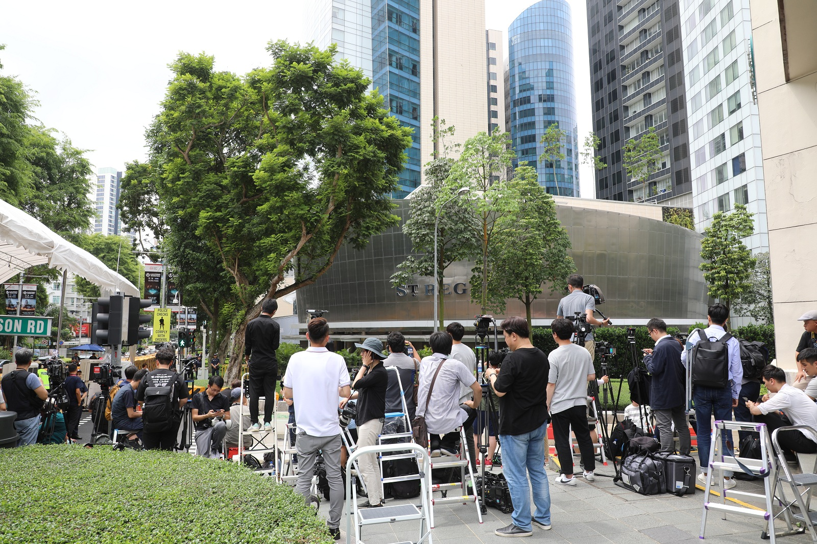 about 100 reporters are waiting for Kim Jong-un outside the hotel.JPG