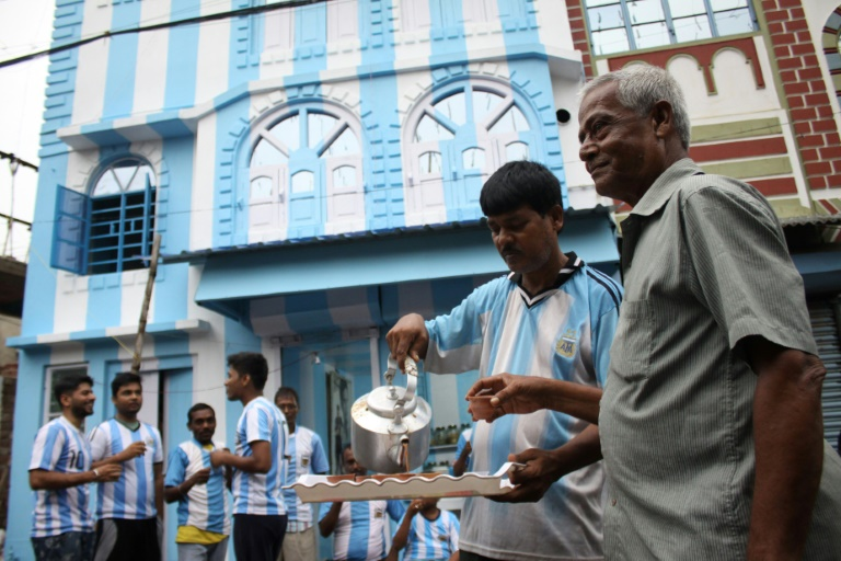 Indian fan paints house in Argentina colours