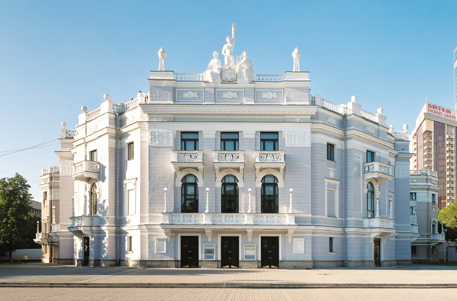 Opera_house_The_State_academic_theatre_of_Opera_and_ballet_in_Ekaterinburg_Was_founded_in_1912_The_project_of_the_theatre_was_made_by_the_engineer_Vladimir_Semyonov_副本.jpg