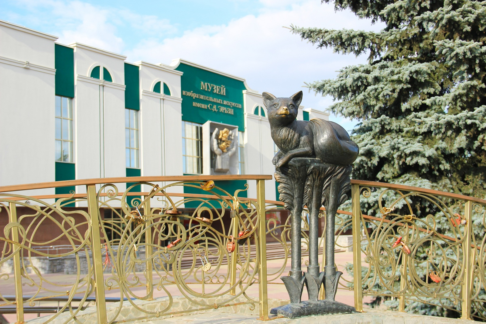 Fox_the_symbol_of_the_city_is_located_on_the_«Fox_bridge»_in_front_of_Mordovian_Erzia_Museum_of_Visual_Arts.JPG