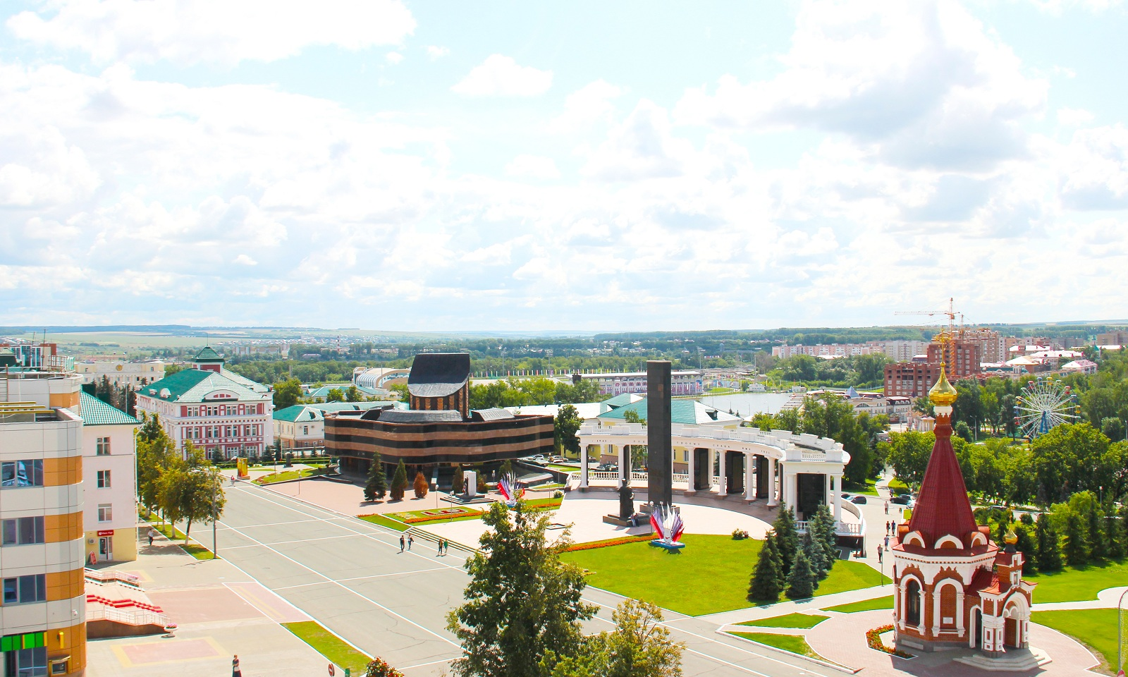 Sovetskaya_Square_the_main_city_square_that_exists_almost_since_the _city's_establishment_in_the_17th_century_It_hosts_major_public_festivals_cultural_and_sports_events.jpg