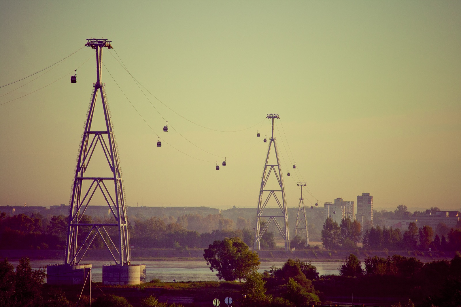 Nizhny_Novgorod_Cableway_a_commuter_cableway_that_connects_the_city_with_its_satellite_Bor_The_ride_peaks_at_82m_and_has_a_861-meter_between_the_supports_the_longest_span_in_Europe.jpg