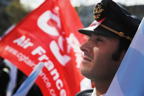 Airlines struggle with global captain shortage as unions strengthen