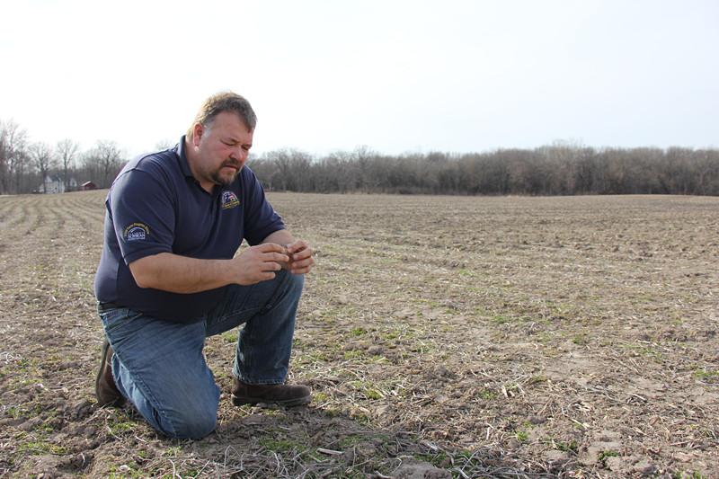 美国大豆协会主任、豆农罗伯·沙弗在检查准备种植新一季大豆的农田土壤。本报记者 郑琪摄_副本.jpg