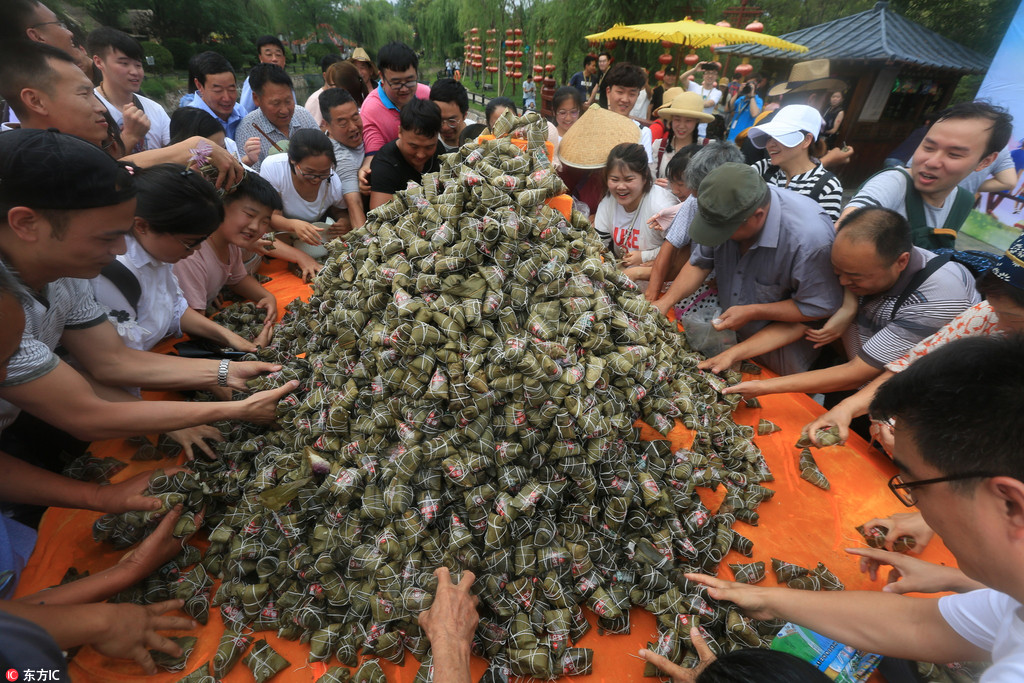 Over 20,000 zongzi snapped up in 3 minutes at scenic spot