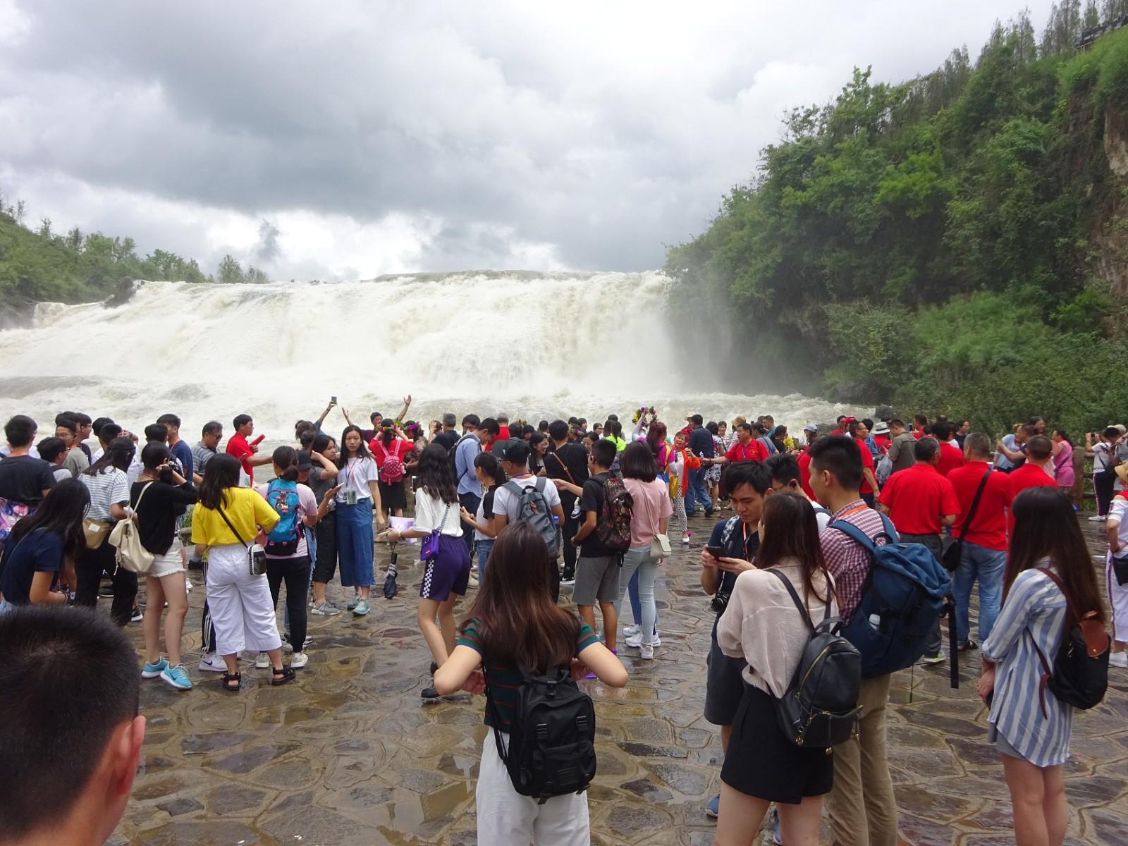 Huangguoshu Waterfall enters wet season, sees surge in visitors
