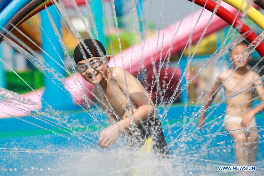 Children enjoy summer leisure time across China
