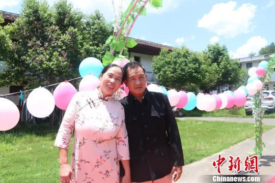 College students host collective wedding for elderly couples