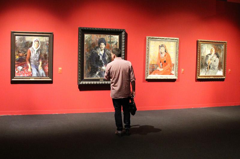 参观者观看油画作品。 韩硕摄.jpg