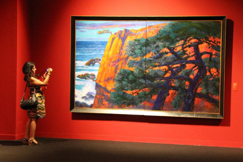 参观者观看油画作品1。 韩硕摄.jpg
