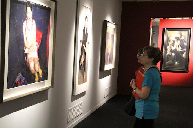 参观者观看油画作品2。 韩硕摄.jpg
