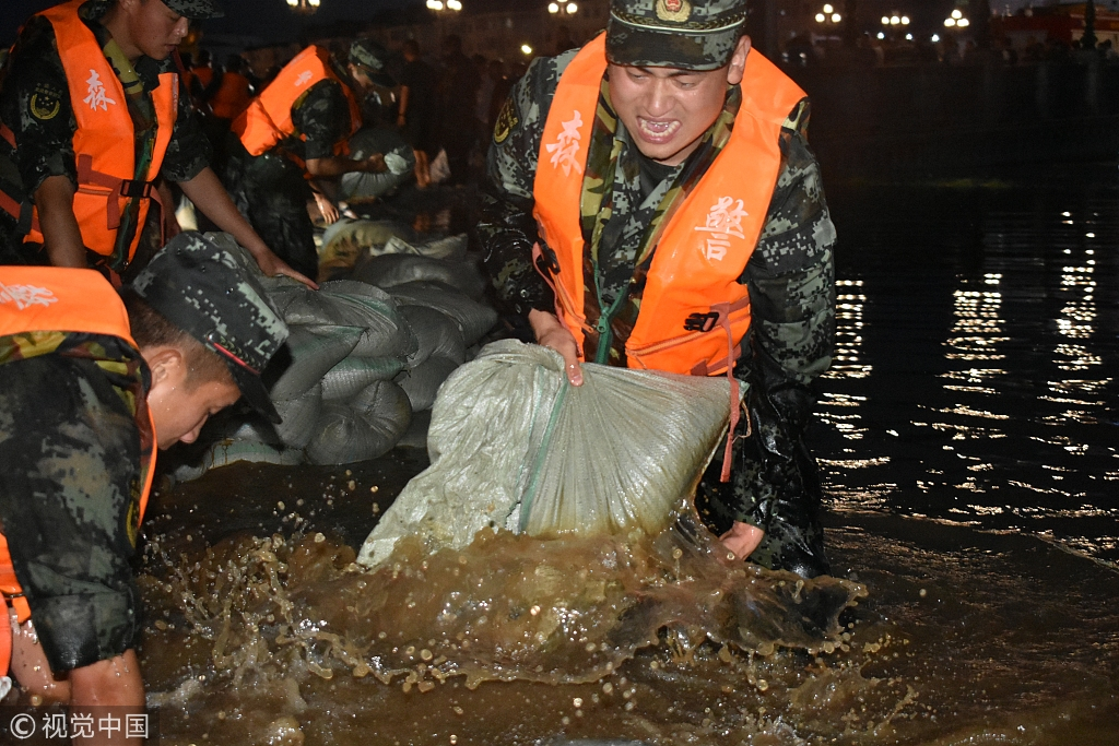 Armed police in Yichun help during floods