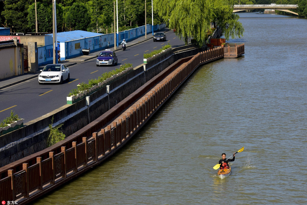 Commuting by kayak: No traffic jams and better scenery