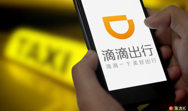 A passenger uses the car-hailing app Didi Chuxing on the smartphone to order a taxi in Ji'nan city, east China's Shandong province, 25 June 2015. [Photo: IC]