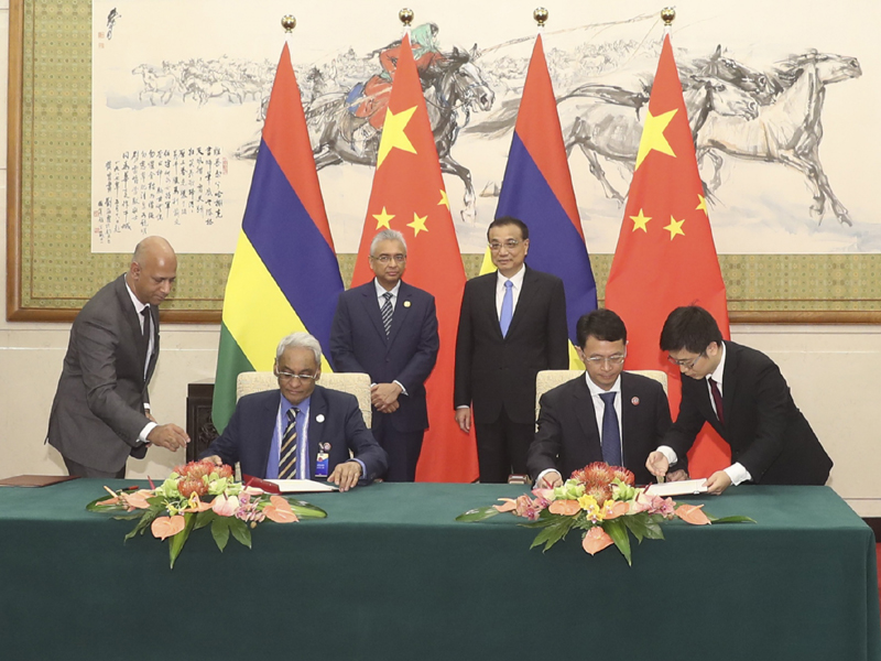 Chinese Premier Li Keqiang and Mauritian Prime Minister Pravind Jugnauth witness the signing of a bilateral free trade agreement between the two countries in Beijing, September 2, 2018. [Photo: gov.cn]