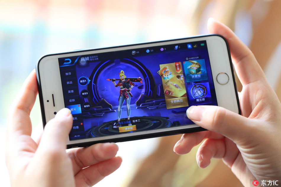 """A gamer plays the online game """"King of Glory"""". [File Photo: IC]"""