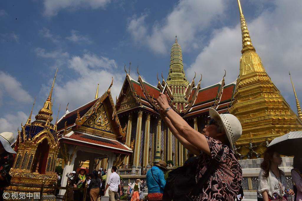 A Chinese tourist takes photos at a tourist attraction in Bangkok, Thailand. [File photo: VCG]