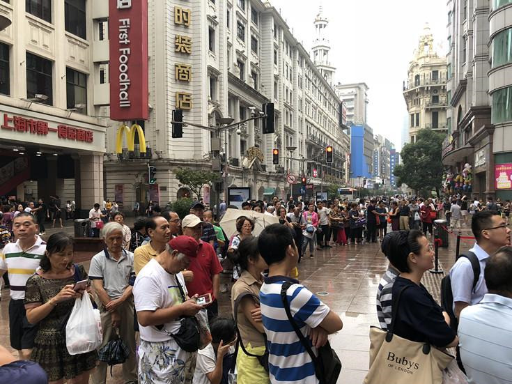 People line up for mooncakes