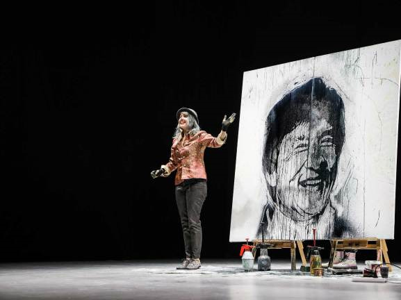 Swiss Painter shows off her skills in speed painting in China