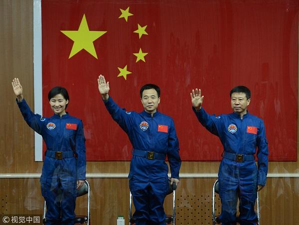 神九航天员指令长景海鹏(中)航天员刘旺(右)、航天员刘洋(左).jpg
