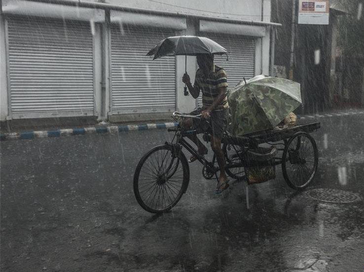 Heavy rain hits India's Kolkata
