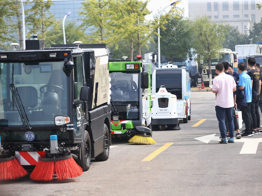 Autonomous driving sanitation vehicles unveiled in Beijing