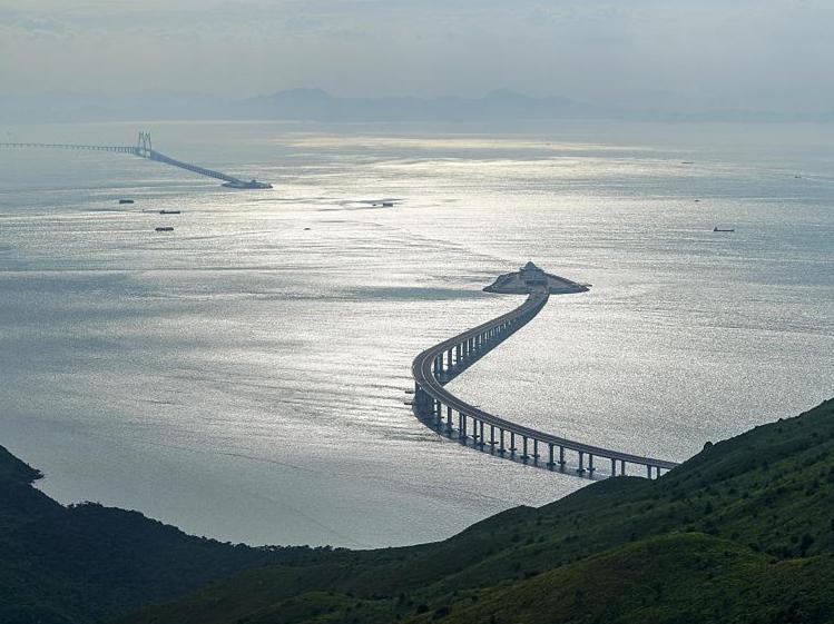 Cross-border buses start trial runs on Hong Kong-Zhuhai-Macao Bridge