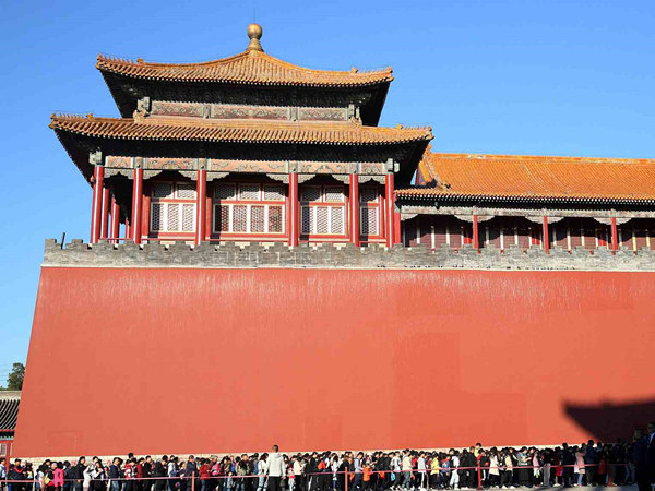 Tourists wait in long queues to visit Palace Museum in Beijing during National Day holiday