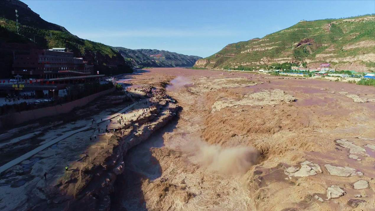 Hukou Waterfall sees heavy flooding in Golden Week