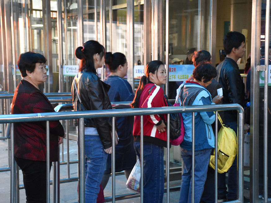 China's ongoing holiday sees dip in rail trips on Day 4