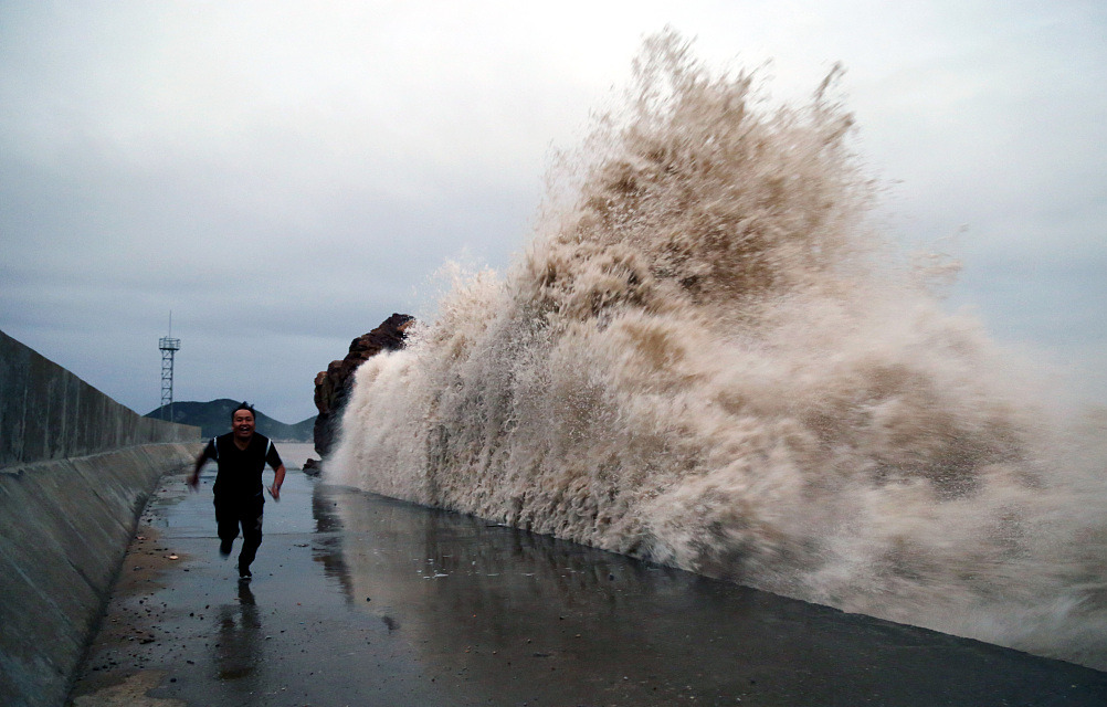 Typhoon Kong-rey brings tides, attracts visitors