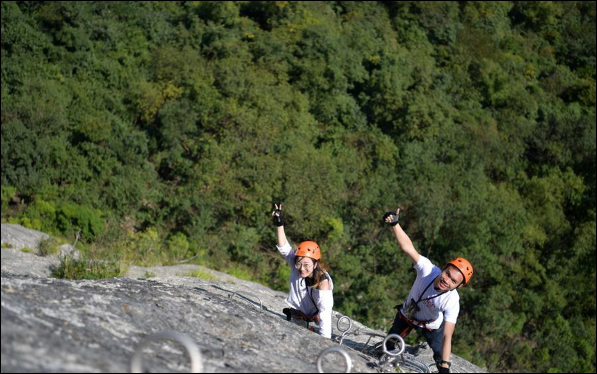 Tourists experience outdoor sports in China's Hubei Province