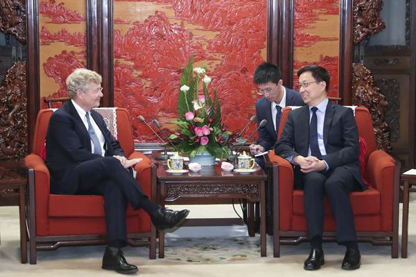 Chinese vice premier meets senior Swedish banker