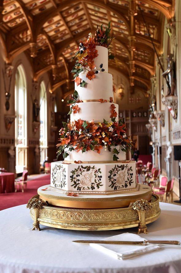 The-cake-is-five-tiers-1551558.jpg