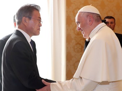S. Korean president meets Pope Francis with invitation from N. Korea